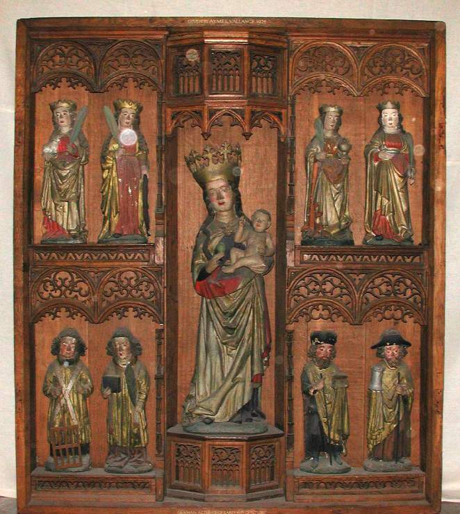Altarpiece in carved wood with nine wooden statues in niches